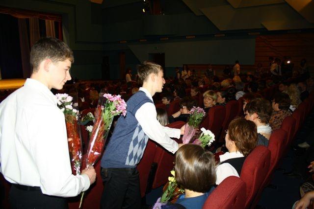 Благодарные ученики вручили букеты своим учителям.  Автор фото: Владимир Иващенко.