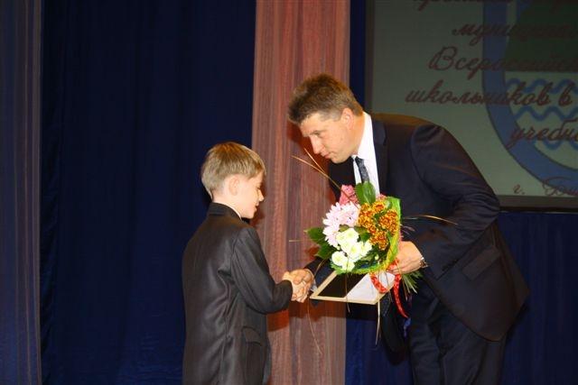 Мэр награждает обучвющихся образовательного центра Ступени .  Автор фото: Владимир Иващенко.