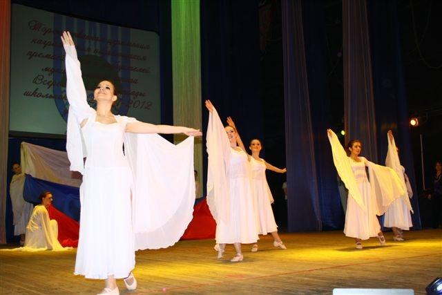 Отличников приветствовали биробиджанские артисты.  Автор фото: Владимир Иващенко.