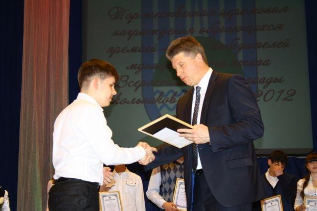 Премию мэра получает музыкант Леонид Якимов.  Автор фото: Владимир Иващенко.