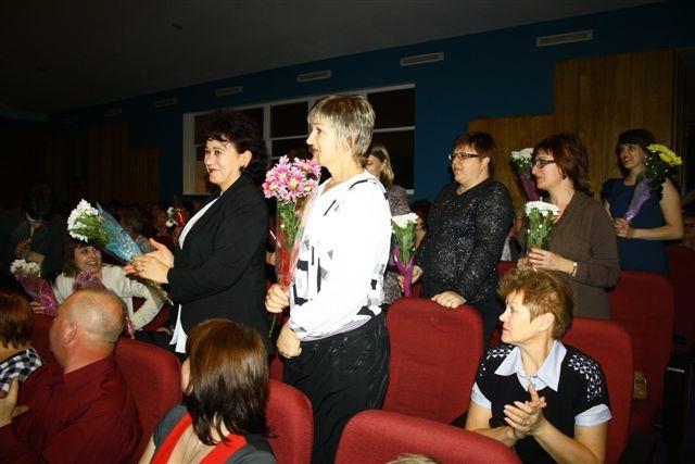 Учителя тоже принимали поздравления.  Автор фото: Владимир Иващенко.