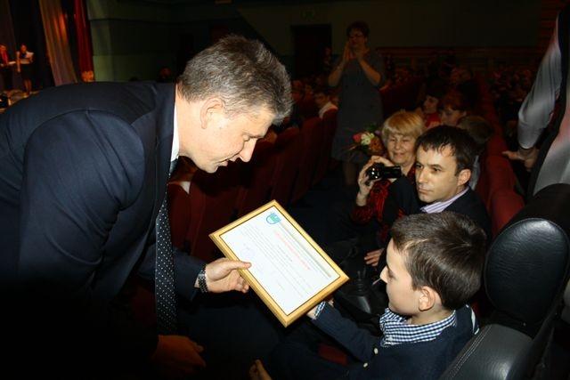 Мэр спустился в зал, чтобы наградить обучающихся образовательного центра Ступени.  Автор фото: Владимир Иващенко.