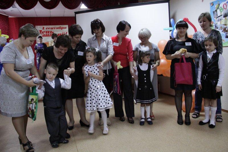 Торжественная церемония передачи первоклассников из добрых, ласковых рук мам в добрые, нежные руки учителей